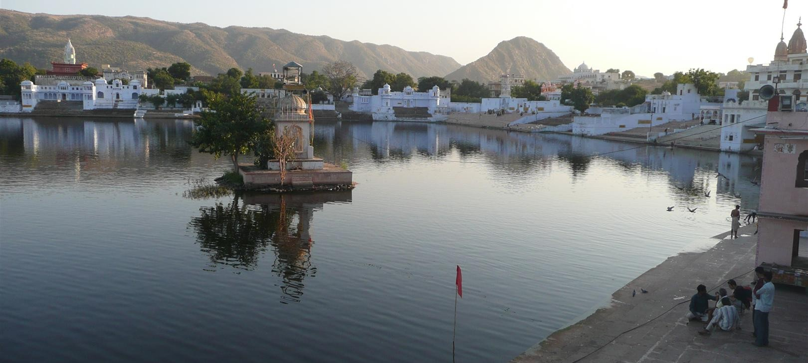 Pushkar lake (more) (photo by Dick Sakahara)